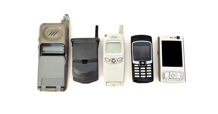 Cómo han cambiado los teléfonos celulares con el tiempo. Desde los primeros teléfonos que sólo ofrecían una hora de tiempo hablado al iPhone de Apple con acceso a Internet y aplicaciones ilimitadas, los celulares han evolucionado de forma exponencial en las últimas décadas. Aunque oficialmente la historia del teléfono celular dio vuelta a su primera página en la década de 1940, los telefonos celulares ...