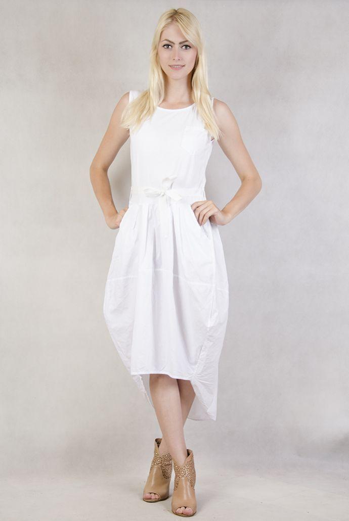 Biała sukienka wiązana w pasie z przedłużanym tyłem