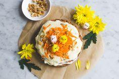 Vegan worteltaart voor het komende Paasweekend. Of voor ieder ander moment van het jaar. Het mooie is dat deze taart, minus de frosting, ook nog gezond is.