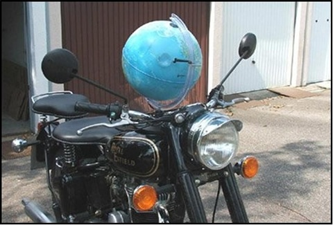 Su una moto d'epoca, ci vuole un GPS d'epoca!  On a vintage bike, you need a vintage GPS!