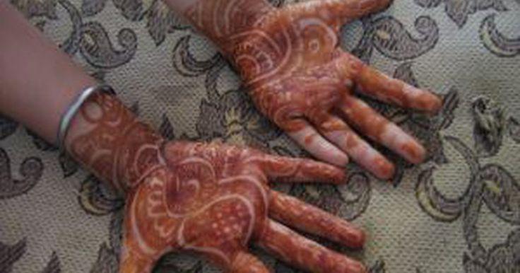 """Cómo hacer un tatuaje de henna en casa. Los """"tatuajes"""" de henna son muy populares dentro de la cultura hindú, donde se utilizan en ocasiones especiales como las ceremonias de matrimonio. Con el paso del tiempo, se han ido convirtiendo en una alternativa temporal a los tatuajes permanentes, particularmente en los Estados Unidos. Los tatuajes de henna suelen durar 2 semanas o incluso más ..."""