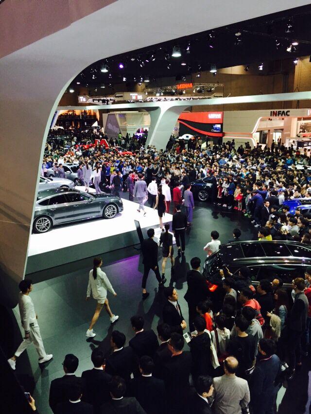 일산 킨택스에서 열리고 있는 2015 서울국제모터쇼에서는 다양한 컨셉트카를 선보이고 있다.  그중 아우디의 뉴TT( 아우디의 패션쇼는 차와 잘맞는 느낌을 받음), MINI 의 뉴컨셉카, BMW의 i8, 마세라티의 뉴카, 기아컨셉트카, 렉서스의 RC카(장혁카) 등이 눈을 사로 잡았다.  미니라운지에 가면 받을수있는 즉석프린팅 티, 편안한 소파, 음료와 푸드등 라이프스타일에 맞게 쉴수있는 소파를 제공하고 있어 편안한 관람에 도움이 되었다.
