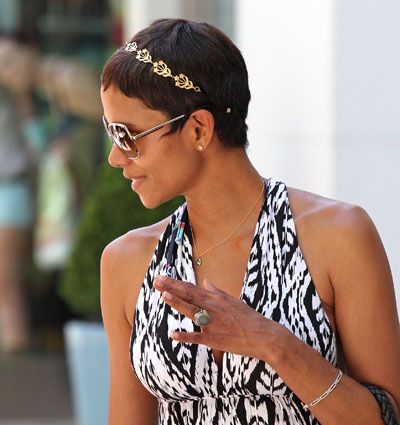 Google Image Result for http://fashionbombdaily.com/wp-content/uploads/2011/07/0728-halle-berry-gold-chain-headband_bd.jpg
