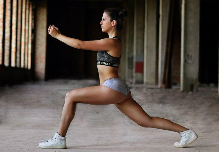 Эффективный комплекс упражнений, которые помогут убрать лишние сантиметры и «ушки» с бедер и сделать ягодицы подтянутыми и сексуальными.  1. Прорабатываем мышцы бедер и ягодиц  Исходная позиция: широкая постановка ног, стопы направлены четко вперед, расположены параллельно друг другу. В таком положении выполняй приседания вниз. Приседай таким образом, чтобы колено находилось над стопой. Руки можно поставить на бедра, можно выпрямить вперед. Делай приседание сначала на одну ногу, возвращайся…