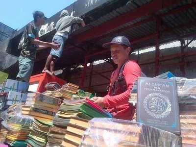 detikcom | Ribuan Alquran Milik Haryo Utuh Meski Tokonya di Pasar Johar Hangus