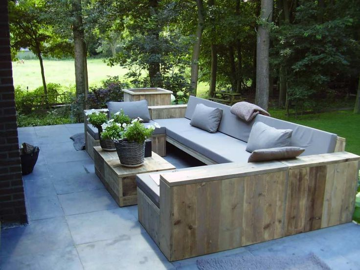 Steigerhouten U-bank. Met veel mensen gezellig buiten loungen in het voorjaar en in de zomer.... Wooden scaffolding U-shaped sofa . For cozy lounging outdoors in spring and summer .