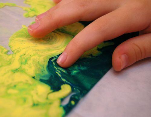 Baby Olie + water oplosbare verf + Ziplock Zak die je met schilderstape op de tafel plakt = heerlijke sensatie-mooi visueel effect en geen troep! Ook erg leuk om letters te oefenen!! - See more at: http://www.prikkelsindegroep.nl/informatief/sensorische-activiteiten/#jp-carousel-528