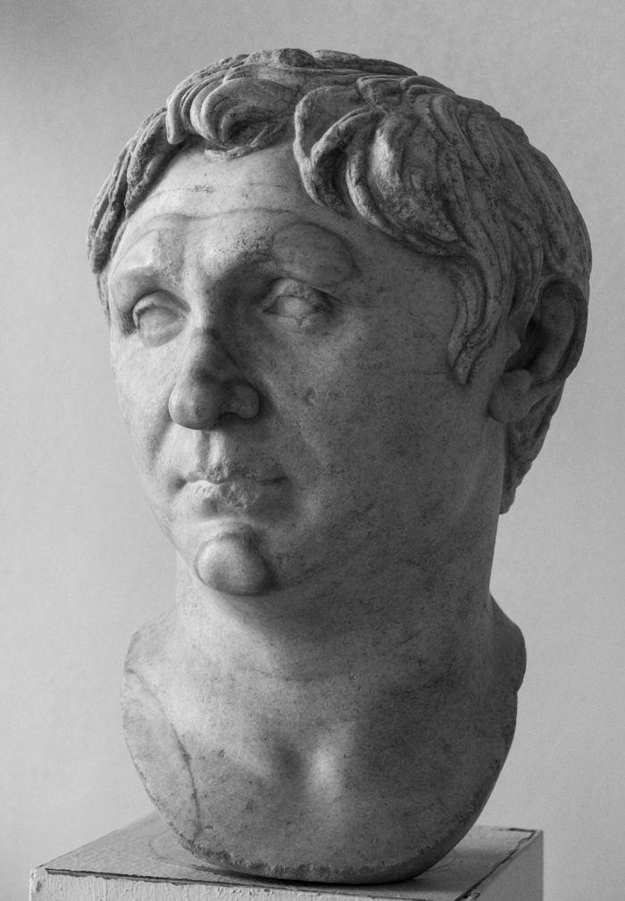 POMPEYO (106-48 a. C.) Cneo Pompeyo Magno. Político y general romano. Rival de Marco Licinio Craso, y al principio aliado de Julio César, se unió a ellos en una inestable alianza política conocida como el Primer Triunvirato, que dominó los acontecimientos políticos y militares de finales de la República Romana.