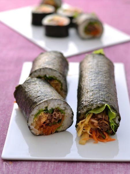ビビンバ風恵方巻 by 西山京子/ちょりママ / 具ぎっしり!野菜たっぷり!食べるとビビンバの韓国風恵方巻です。純正ごま油で作る簡単<ナムルだれ>は下味にも使える万能だれです。同じたれで作るのに、いろんな味がするのは素材が違うから。七福神の7つの食材を使って具を作りました。大人なら丸かぶり、子どもサイズ半分カットでも! / Nadia
