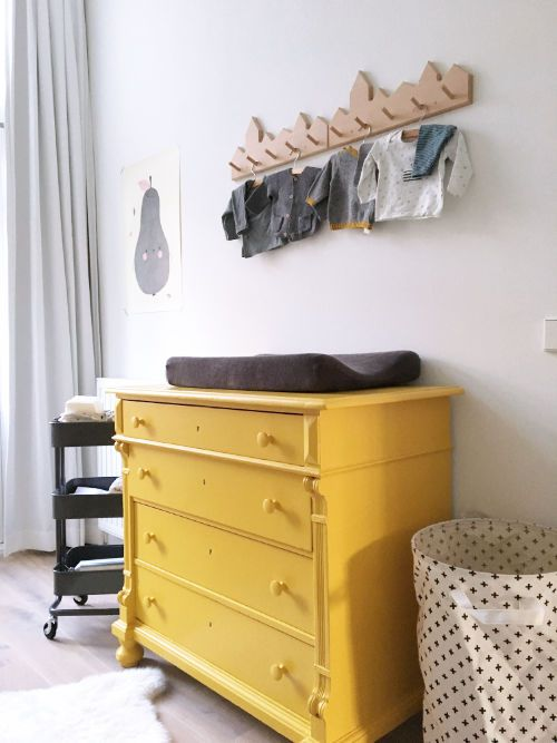 Okergele commode in onze zwart wit babykamer - bekijk en koop de producten van dit beeld op shopinstijl.nl