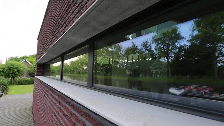 Met een aluminium vouwdeur wordt de woonkamer als het ware 2 keer zo groot. Kijk gerust even binnen bij deze woning aan het water.