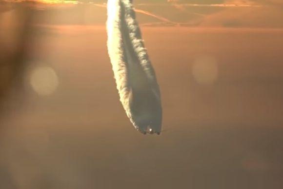 モクモクのクセがすごい!空の上で見る大迫力の飛行機雲