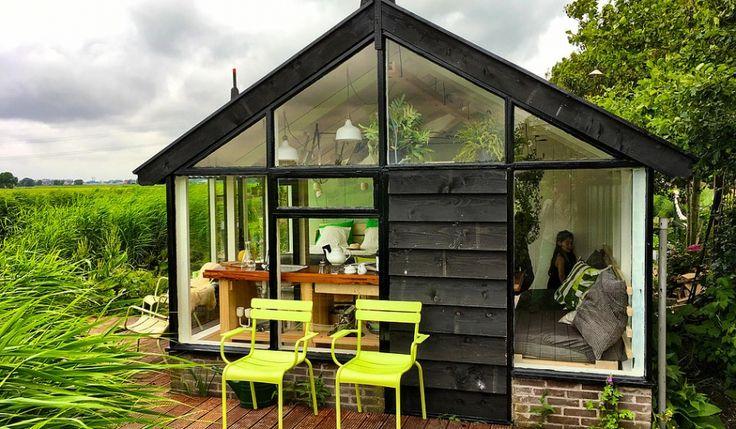 Wat een mooi tiny huis is dit! Bij het juffertje in het groen wordt je wakker middenin de natuur. Een vier persoons vakantiehuisje aan de ringvaart in Noord-Holland tussen het riet. …