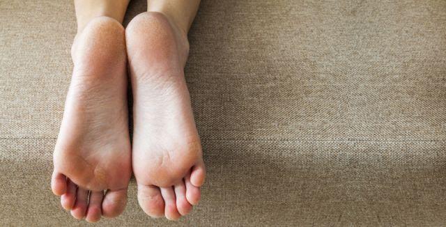 Tvrdé a popraskané paty jsou nejen kosmetickou, ale i velmi bolestivou záležitostí