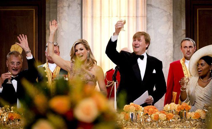 """AMSTERDAM - Koning Willem-Alexander heeft vrijdagavond in het Koninklijk Paleis in Amsterdam met 150 medejarigen getoost op """"onze verjaardag"""". Dat deed hij bij het speciale verjaardagsdiner dat hij samen met koningin Máxima aanbood ter gelegenheid van zijn eigen vijftigste verjaardag een dag eerder. Het gezelschap zong daarna ook gezamenlijk """"lang zullen wij leven""""."""