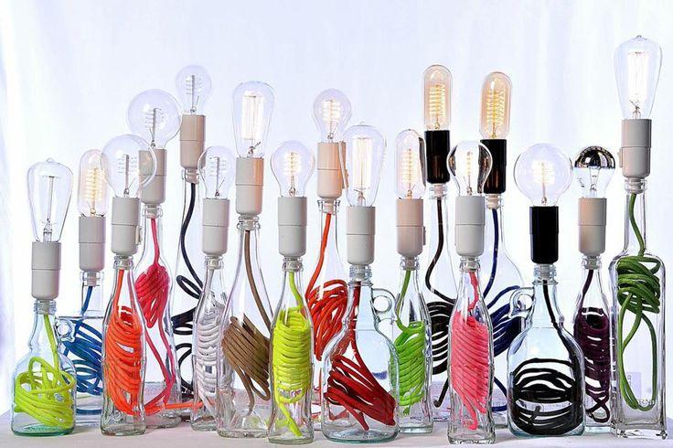 Lampade in vetro o con paralume metallico, ma soprattutto alimentate da un filo fluo che ne caratterizza le linee. Nuova vita alle bottiglie