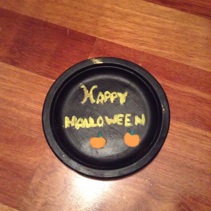 "an adorable ""happy Halloween"" sign made out of a paper plate"