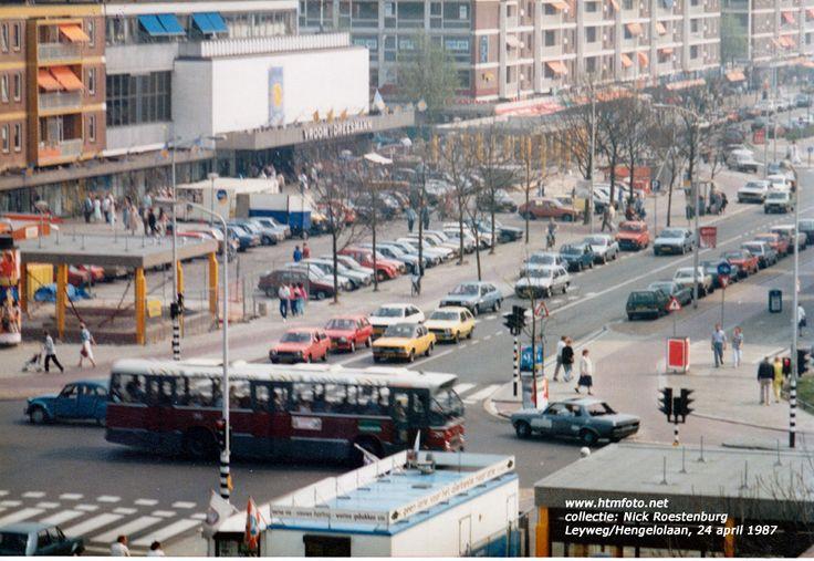 Leyweg bij de Hengelolaan met parkeerterrein voor V&D in 19873 foto`s uit de collectie van Nick Roestenburg