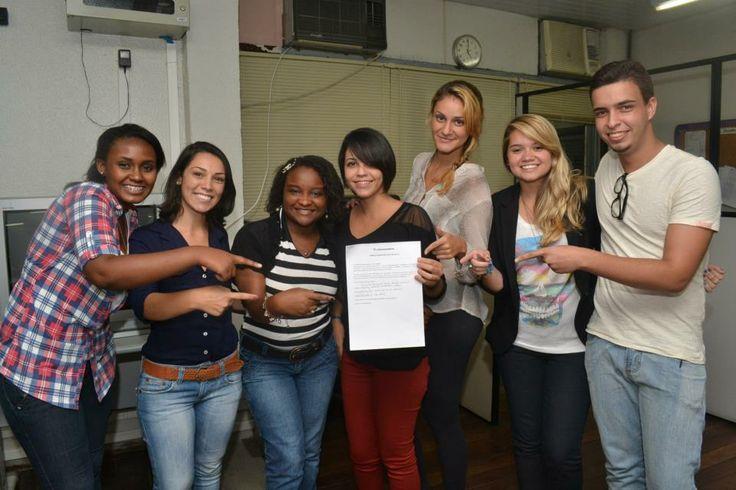 Assinatura de contrato com os estágios do Jornal Extra. #fotojornalismo #contrato #JornalExtra