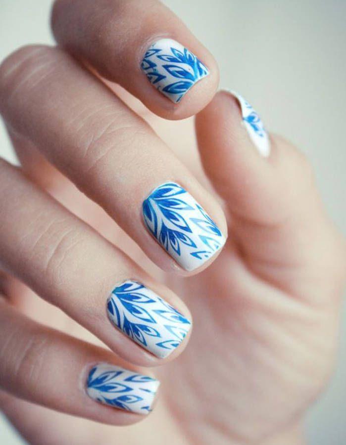 Nail-art inspiration porcelaine  Parfait avec une tenue dans les tons blancs et bleus    Pour plus d'astuces beauté, rendez-vous sur notre site :  https://www.beautiful-box.com/