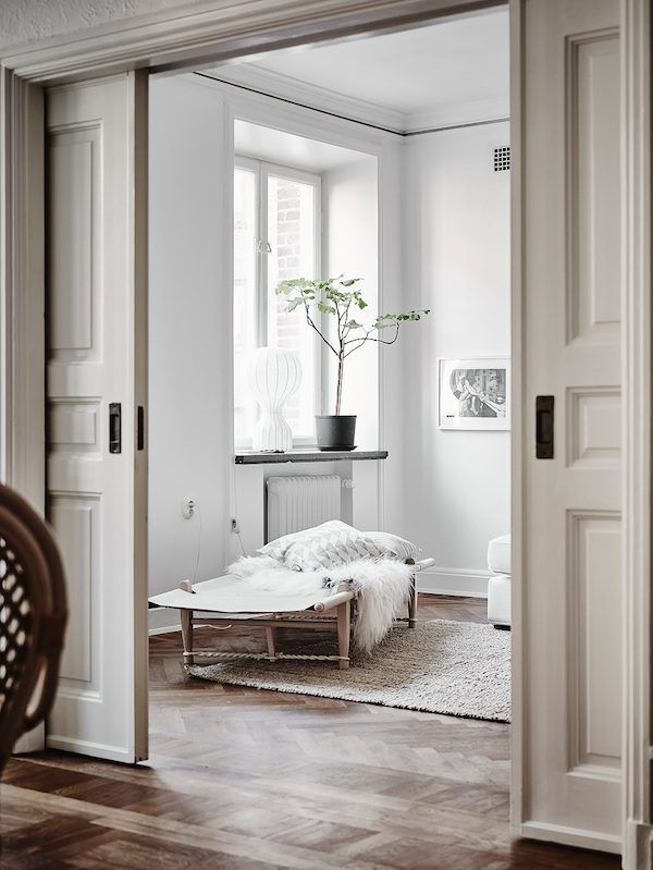 Safari daybed in a stunning Swedish apartment in neutrals. Entrance / Jonas Bergstedt.