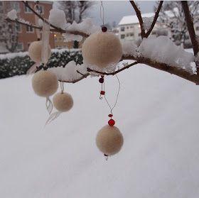 Jeg harlaget julepynt, og her følger trinn for trinn visning til hvordan manmeget enkelt og sølefritt tover kuler av ull. Kulene kan ...