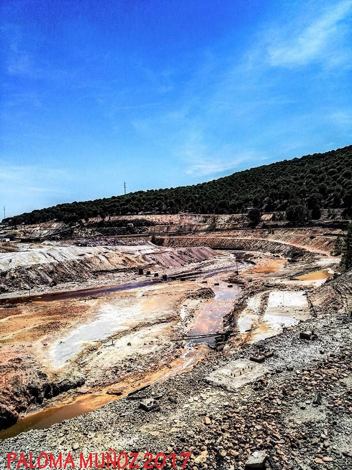 Más de 5000 años de explotación minera han convertido a la localidad de Minas de Riotinto en un escenario de paisajes rojos, amarillos, violetas, verdes, grises y ocres repleto de impresionantes explotaciones mineras a cielo abierto. More than 5,000 years of mining operations have turned the town of Minas de Riotinto into a scenario of red, yellow, violet, green, gray and ocher landscapes replete with impressive open-cast mining operations.