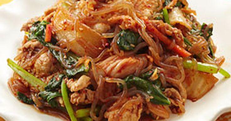 豚肉とキムチのごはんが進む炒め物に、しらたきを加えて満腹感をアップ!カロリーもおさえめなのがうれしい♪