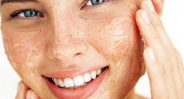 Come esfoliare la pelle e mantenerla radiosa - Vivere Più Sani