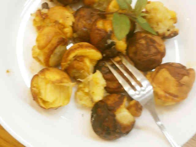 たこ焼き器deひとくちピサンゴレン♪  なんと,たこ焼き器でインドネシア料理の本格スイーツが簡単に出来ちゃいます!できあがったらアツアツを食べてね! 反省堂書店(のぐち)   材料 (12個~15個) バナナ 2本 ●ホットケーキミックス 30g ●卵(L) 1個 ●水 30cc サラダ油 適宜 シナモンパウダー あれば  作り方 1  今回はこのたこ焼き器を使います♪。美味しいピサンゴレンを焼いてね♡。 2  ボールに●を入れ,泡立て器で攪拌する。 3  バナナはたこ焼き器の穴と同じくらいの大きさに切る。そんなに神経質にならなくてもOK。 4  こんな風に穴にはまっていれば大丈夫。 5  余熱無しでたこ焼き器に油を敷き,切ったバナナを2にくぐらせ,たこ焼き器の穴に入れていく。 6  卵が固まったらピックや竹串でバナナをひっくり返す。 7  残っている衣(5)を穴に流し込み,バナナを転がす。 8  器に盛り,シナモンパウダー(あれば)を振って出来上がり! コツ・ポイント ★ホットケーキミックスがすぐに焦げるので,たこ焼き器は予熱せず,いきなりバナナを投入します。…