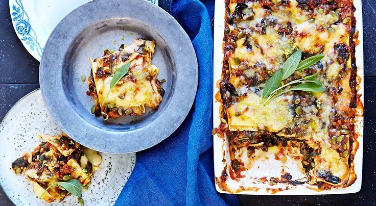 Recept på vegetarisk medelhavslasagne med halloumi, tomat och salvia. Mustig tomatsås och halloumi sätter smak på lasagnen. Passar perfekt i matlådan.