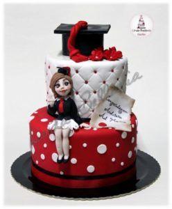 Cake design di una torta di laurea per una dottoressa