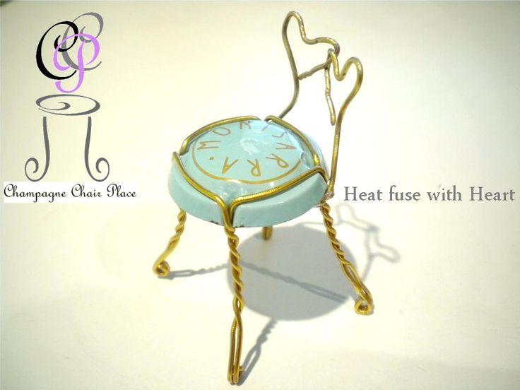 """HOW TO MAKE Champagne Chair  二つのハート( Heart fuse with Heart )の作り方です。 左上のタイトル""""シャンパンチェアプレイス""""をクリックすると作り方が全て現れます。  一般的なシャンパンチェアは背の形を作り最後に王冠の脚に背を巻きつけますが、これは背を巻きつけるところから始めるのが特徴です。  【用意するもの】 ・シャンパンやスパークリングワインの王冠(ミュズレ) ・ペンチ(先の細いもの)  【所要時間】 ・10~20分  ※先の細いペンチはラジオペンチが一般的ですが、先がギザギザになっておりワイヤーを傷付け易いので私はクラフト用ANEXのヤットコNo.252をメインに使っています。"""