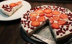 """Taarten ongezond? Helemaal niet! Althans, deze kwarttaart heeft een bodem gemaakt van o.a. havermout, dadels, noten en honing. Super lekker en alle ingrediënten die in deze bodem zitten zijn nog gezond ook! Geloof het of niet, maar deze taart is heel snel klaar te maken en écht goddelijk van smaak!... <a href=""""http://cottonandcream.nl/kwarktaart-met-gezonde-bodem/"""">Read More →</a>"""