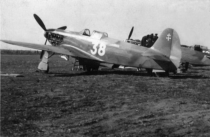 Як-3 -истребитель полка Нормандия-Неман во Франции(на самолете закрашены советские опознавательные знаки, но сквозь краску еще проступает звезда, справа от номера 38). После окончания войны 41 боевой самолет-истребитель Як-3, на которых воевали французские летчики полка Нормандия-Неман, был передан в дар Франции. 20 июня 1945 года французские летчики на этих самолетах вернулись на родину. Эти истребители стояли на вооружении Франции до 1956 года.