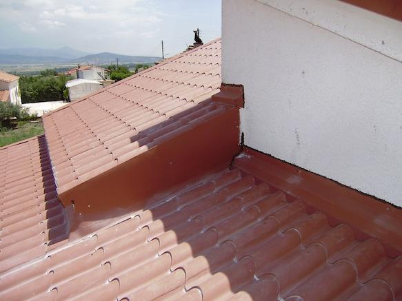 Λεπτομέρεια από πάνελ κεραμίδι Ρωμαϊκού τύπου. Παρατηρείτε την υλοποίηση ανισόπεδης οροφής και τα ειδικά τεμάχια που έχουμε χρησιμοποιήσει για τη στεγάνωση.