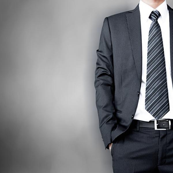 Cómo combinar un traje gris de hombre - 7 pasos - unComo