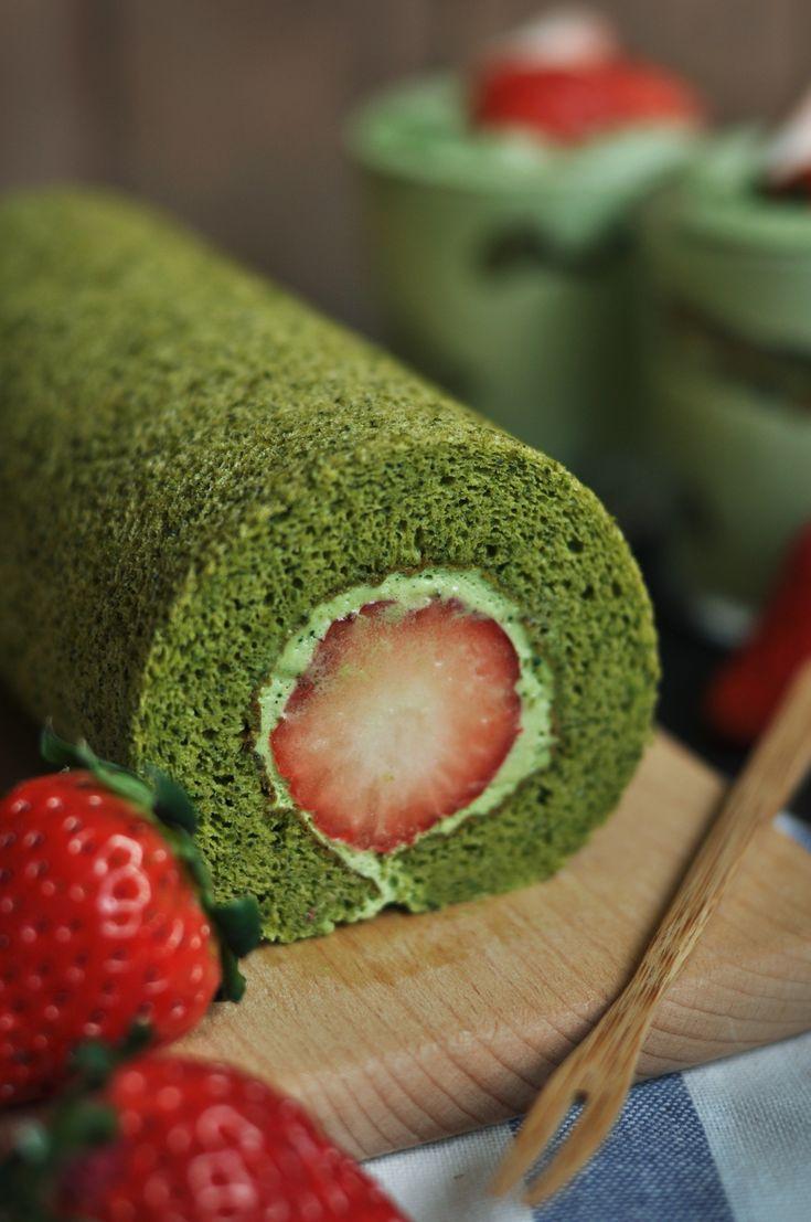 """Retrouvez la photo """"Roulé matcha et fraises"""" dans notre diaporama intitulé """"10 idées de gâteaux roulés originaux salés ou sucrés"""" sur 750g."""