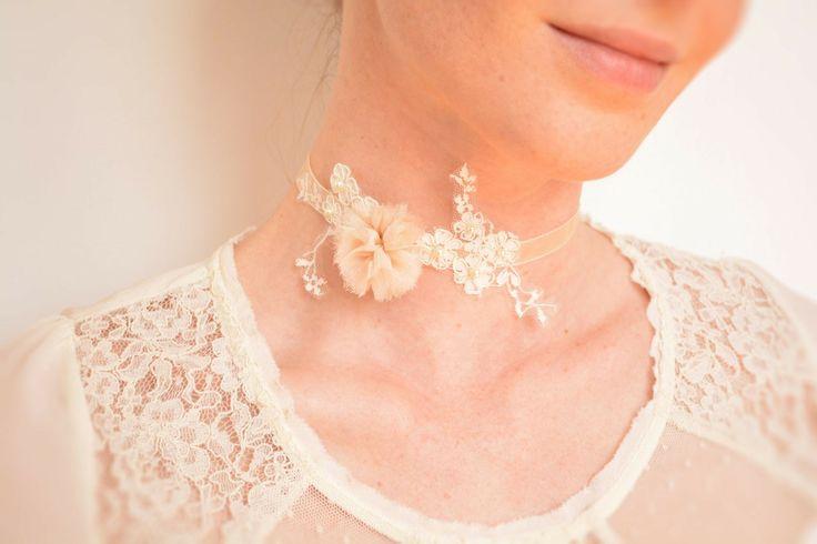 Collier mariée dentelle ivoire fleur en soie et perles de nacre Swarovski : Collier par joliejye