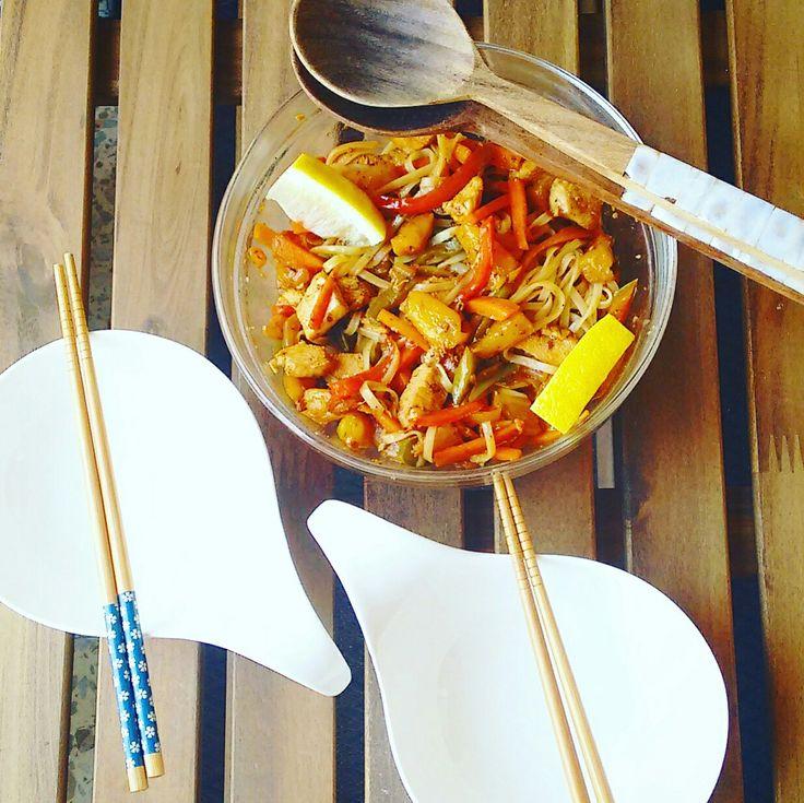 Wok casero y sano de noodles, pollo, verduras y soja. Fast food umami a topeeee!!!