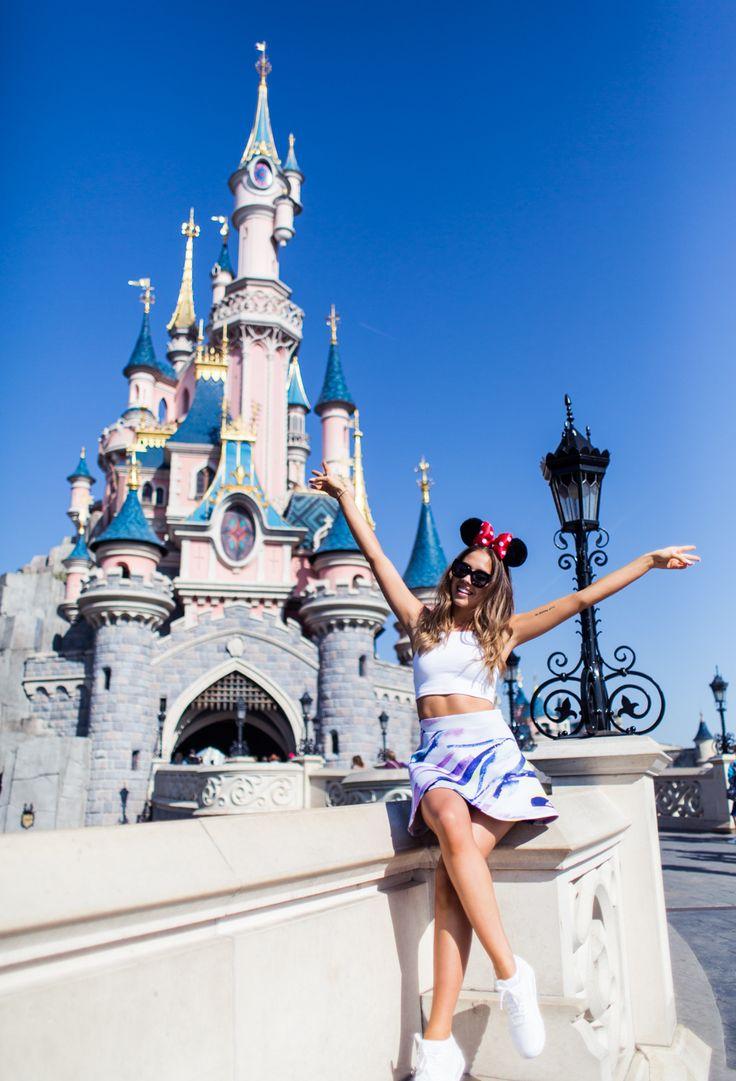 Chica sentada frente al castillo de Disney