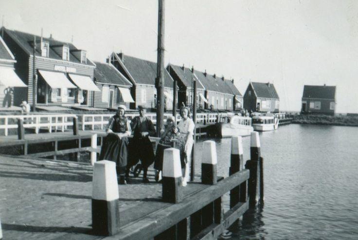 De aanlegsteiger op Marken v.l.n.r. Peet Neeltje, Ome Kees, een onbekend meisje en Trijntje Visser.