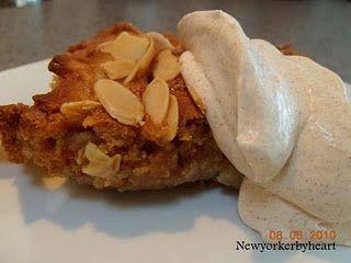 """Makrontærte med æbler og kanelfløde (fra bogen """"Cafe Hack – Danskernes egne desserter"""" af Søren Dahl, forlaget Lindhardt & Ringhof)……….."""