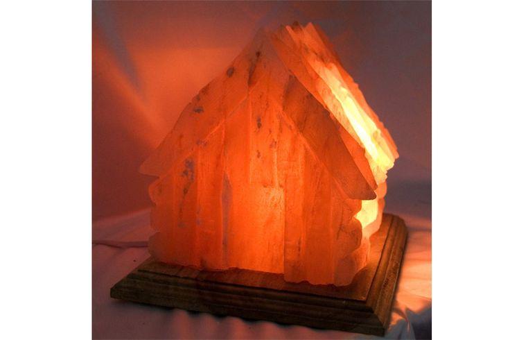 Lámpara de sal de los Himalayas, sal fósil de 250 millones de años, talladas y cada lámpara tiene una forma única, con un bello color anaranjado.    Medidas: 20 cm x 20 cm x25 cm    Peso: unos dos kg.