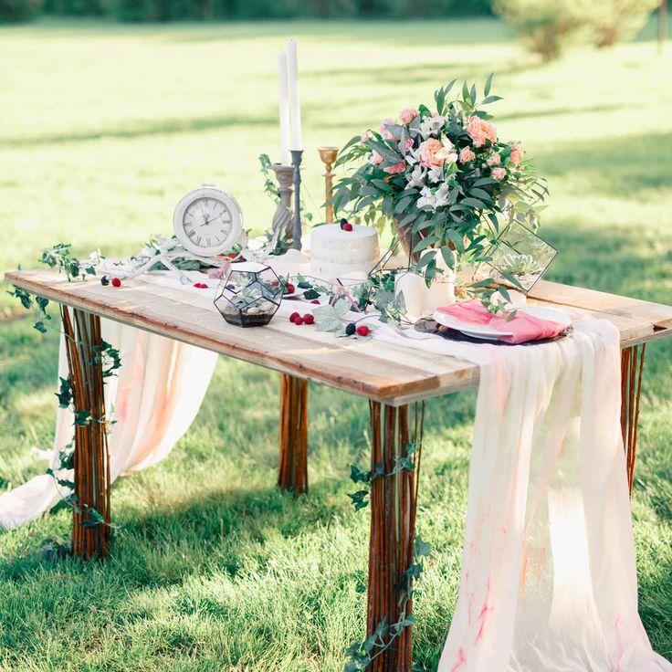 Сегодня мы расскажем немного о декоре стола жениха и невесты. Преимущественно для фотосессий (но это не исключает варианта оформления на свадьбу) пары выбирают интересное оформление стола. Акцентом в таком оформлении можно выбрать цветочную композицию, добавить интересный заполняющий мелкий декор и сделать правильную сервировку. Тогда свадебныефото получатся необычными и запоминающимися.🌸