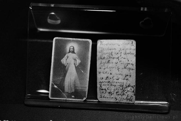 """#MuzeumPowstaniaWarszawskiego - wizerunek Jezusa Miłosiernego będącego jednocześnie """"listem w butelce"""" i prośbą o pomoc...  #Warszawa porusza swoją historią.  #SlightlyDelicious"""