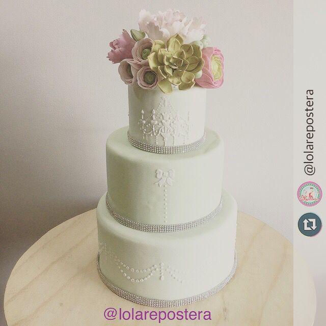 Wedding cake by @lolarepostera  #sugarflowers #handmade #weddingcake #mint