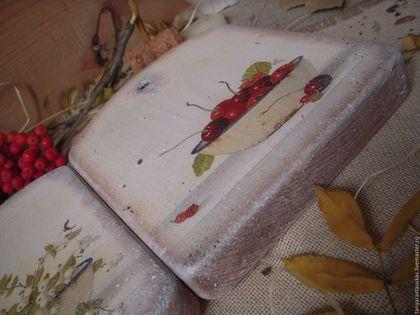 Купить или заказать 'Вкус ягоды'- пара разделочных досок в интернет-магазине на Ярмарке Мастеров. Доска для украшения интерьера кухни в стиле прованс. Можно использовать в качестве декора, можно непосредственно по применению - для сервировки сыра, предварительно обработав поверхность доски льняным маслом. *** Доска из массива дерева , немного состарена в деревенском стиле, поверхность матовая. Прекрасно подойдет для домашнего обеденного стола, добавив стиля и элегантности сервировке.