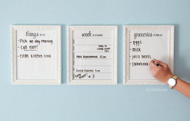 Tablicę ścieralną na sucho opraw w ramkę i zapisuj na niej listę rzeczy do zrobienia. | 15 sprytnych pomysłów na utrzymanie porządku w domu