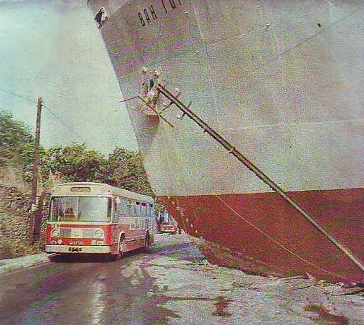 Eskiden Boğaz'da yabancı şilepler hep karaya çıkardı. Fotoğraf o günlerden; Sürreal bir fotoğraf #Çubuklu 1977 #istanlook